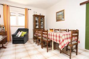 Apartments by the sea Marusici (Omis) - 1024, Vendégházak  Mimice - big - 2