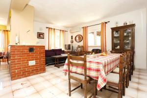 Apartments by the sea Marusici (Omis) - 1024, Vendégházak  Mimice - big - 10