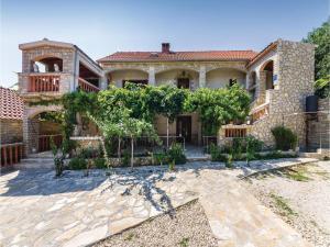 Two-Bedroom Apartment in Pridraga