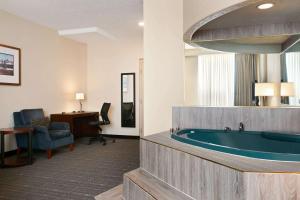 Travelodge by Wyndham Conference Centre & Suites Whitecourt, Szállodák  Whitecourt - big - 73