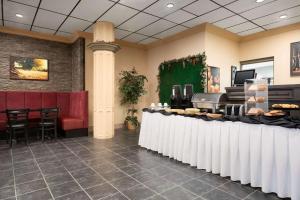 Travelodge by Wyndham Conference Centre & Suites Whitecourt, Szállodák  Whitecourt - big - 77