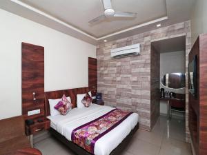 OYO 12172 Hotel Deep Premium, Hotels  Faithfulganj - big - 1