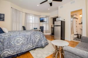 Renovated Boston studio close to public trans, parking avail, easy access to Copley, Downtown Boston, Fenway, Kenmore