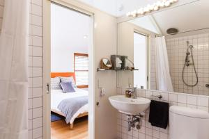 Vera - Beyond a Room Private Apartments, Apartmanok  Melbourne - big - 38