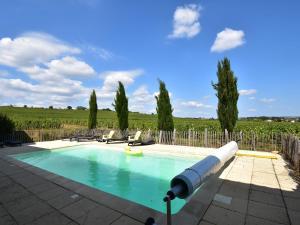 Location gîte, chambres d'hotes Vintage Farmhouse in Vinzelles with Pool dans le département Saône et Loire 71