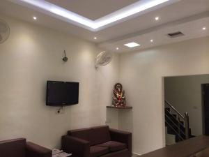 Ostelli e Alberghi - 1 BR Guest house in Banbhoolpura, Haldwani (F5A6), by GuestHouser