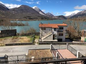 Casa sul Lago Parco Nazionale d'Abruzzo - House on - AbcAlberghi.com