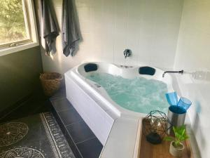 Couples Private Spa Retreat, Ville  Cowes - big - 1