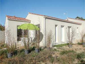 Three Bedroom Holiday Home in Lignan sur Orb