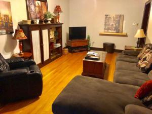 Vintage 3 Bedroom Wrigleyville Apartment