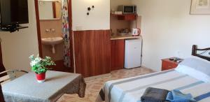Lucy's guesthouse and rooms, Penziony  Neve Zohar - big - 39