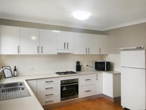 obrázek - Large 5-Bedroom House with Wifi & Netflix Close to Taronga Western Plains Zoo