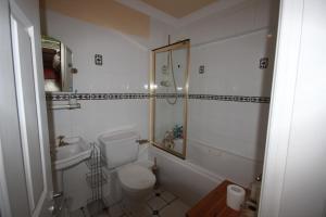 2 Harbour Heights, Clifden, Apartmanok  Clifden - big - 37