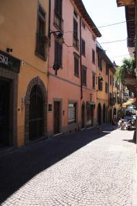 Sarnico Apartment Sleeps 4 Air Con WiFi - AbcAlberghi.com