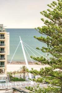 Beachside luxury & comfort, ocean views in Glenelg