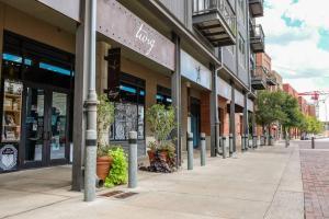 Urban Chic Loft - Walk to River B1, Апартаменты  Сан-Антонио - big - 7