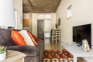 Urban Chic Loft - Walk to River B1, Апартаменты  Сан-Антонио - big - 8