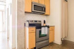 Urban Chic Loft - Walk to River B1, Апартаменты  Сан-Антонио - big - 16