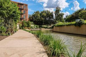 Urban Chic Loft - Walk to River B1, Апартаменты  Сан-Антонио - big - 20