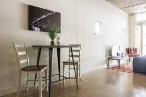Urban Chic Loft - Walk to River B1, Апартаменты  Сан-Антонио - big - 25