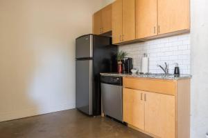 Urban Chic Loft - Walk to River B2, Апартаменты  Сан-Антонио - big - 9