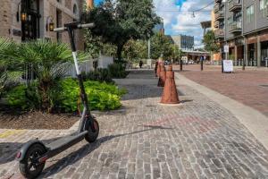 Urban Chic Loft - Walk to River B2, Апартаменты  Сан-Антонио - big - 10