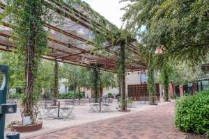Urban Chic Loft - Walk to River B2, Апартаменты  Сан-Антонио - big - 24