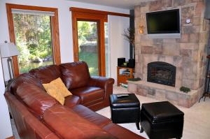 Gorgeous East Vail 2 bedroom condo #402 on the Creek with Hot Tub. - Hotel - Vail