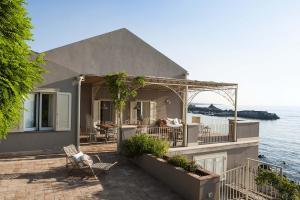 Acireale Villa Sleeps 6 Air Con WiFi - AbcAlberghi.com