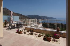 Taormina Apartment Sleeps 6 Air Con WiFi - AbcAlberghi.com