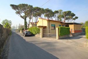Marina di Carrara Villa Sleeps 4 WiFi - AbcAlberghi.com