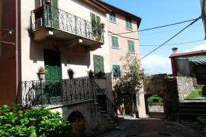 Monte Marcello-Zanego Villa Sleeps 4 - AbcAlberghi.com