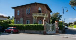 Motrone di Versilia Villa Sleeps 8 - AbcAlberghi.com