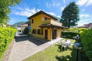 Laveno-Mombello Villa Sleeps 6 - AbcAlberghi.com