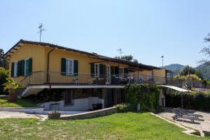 Luni Villa Sleeps 8 - AbcAlberghi.com