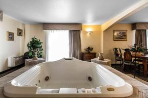 Quality Inn and Suites Summit County, Hotely  Silverthorne - big - 18