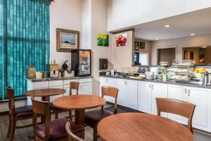 Quality Inn and Suites Summit County, Hotely  Silverthorne - big - 24