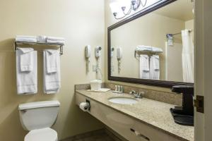 Quality Inn and Suites Summit County, Hotely  Silverthorne - big - 36