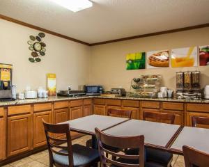Quality Inn & Suites Eldridge Davenport North, Отели  Eldridge - big - 35