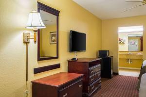Econo Lodge Inn and Suites, Отели  Брайант - big - 31