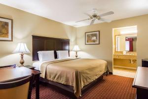 Econo Lodge Inn and Suites, Отели  Брайант - big - 3