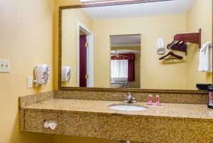 Econo Lodge Inn and Suites, Отели  Брайант - big - 2