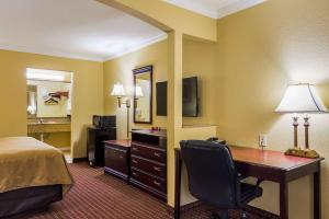 Econo Lodge Inn and Suites, Отели  Брайант - big - 17