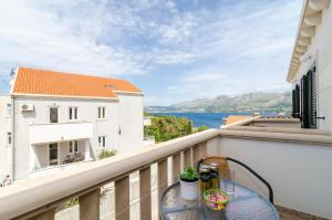 apartments & rooms cina- gallery one bedroom apartment with balcony and sea v...