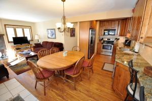 Lovely 3 Bedroom/3 Bathroom East Vail Condo with Hot Tub. - Hotel - Vail