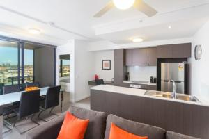 Keeping Cool on Connor - Executive 2BR Fortitude Valley apartment with pool and views