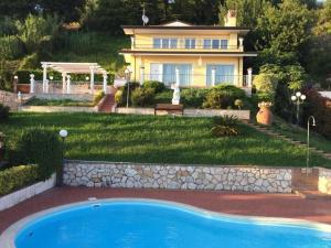 Corsanico-Bargecchia Villa Sleeps 8 Pool Air Con - AbcAlberghi.com