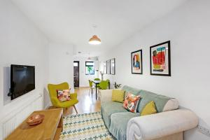 Pop, Bright 2 Bed, 1.5 Bath House in Kennington