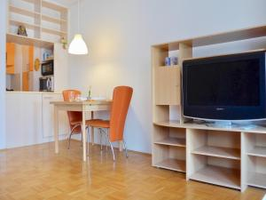 Sunny and Lively apartment in city, Free Parking