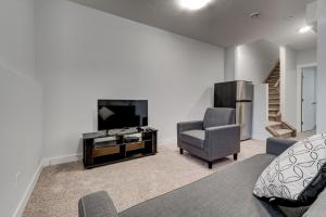 Cozy Lower suite close to downtown 1141